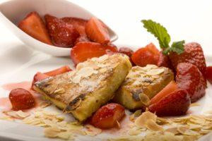 Gebratene Griesschnitte mit marinierten Erdbeeren im Gasthof zum Löwen