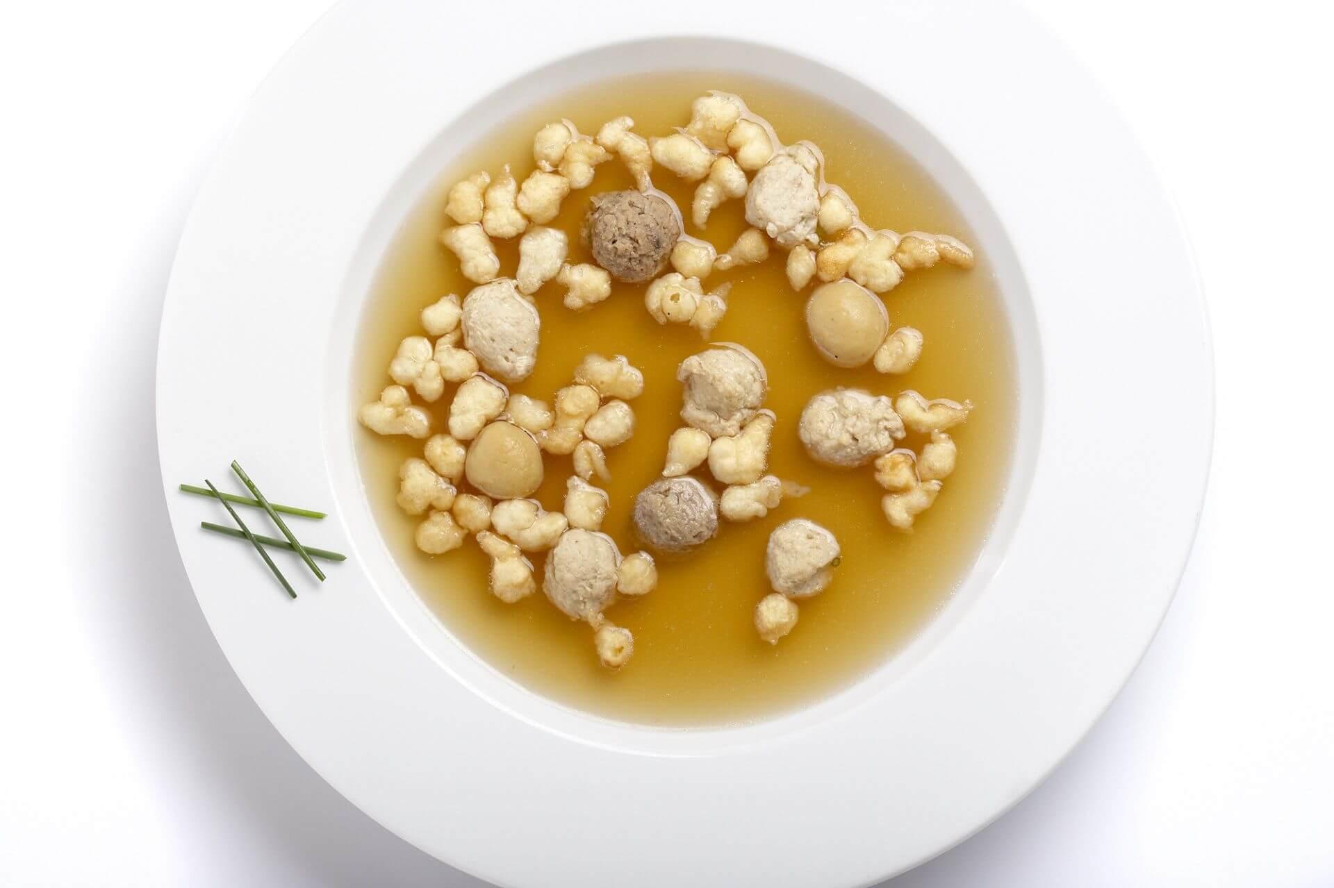 Knödelsuppe, klare hausgemachte Suppe