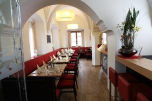Gaststube mit Rezeption im Gasthof zum Löwen