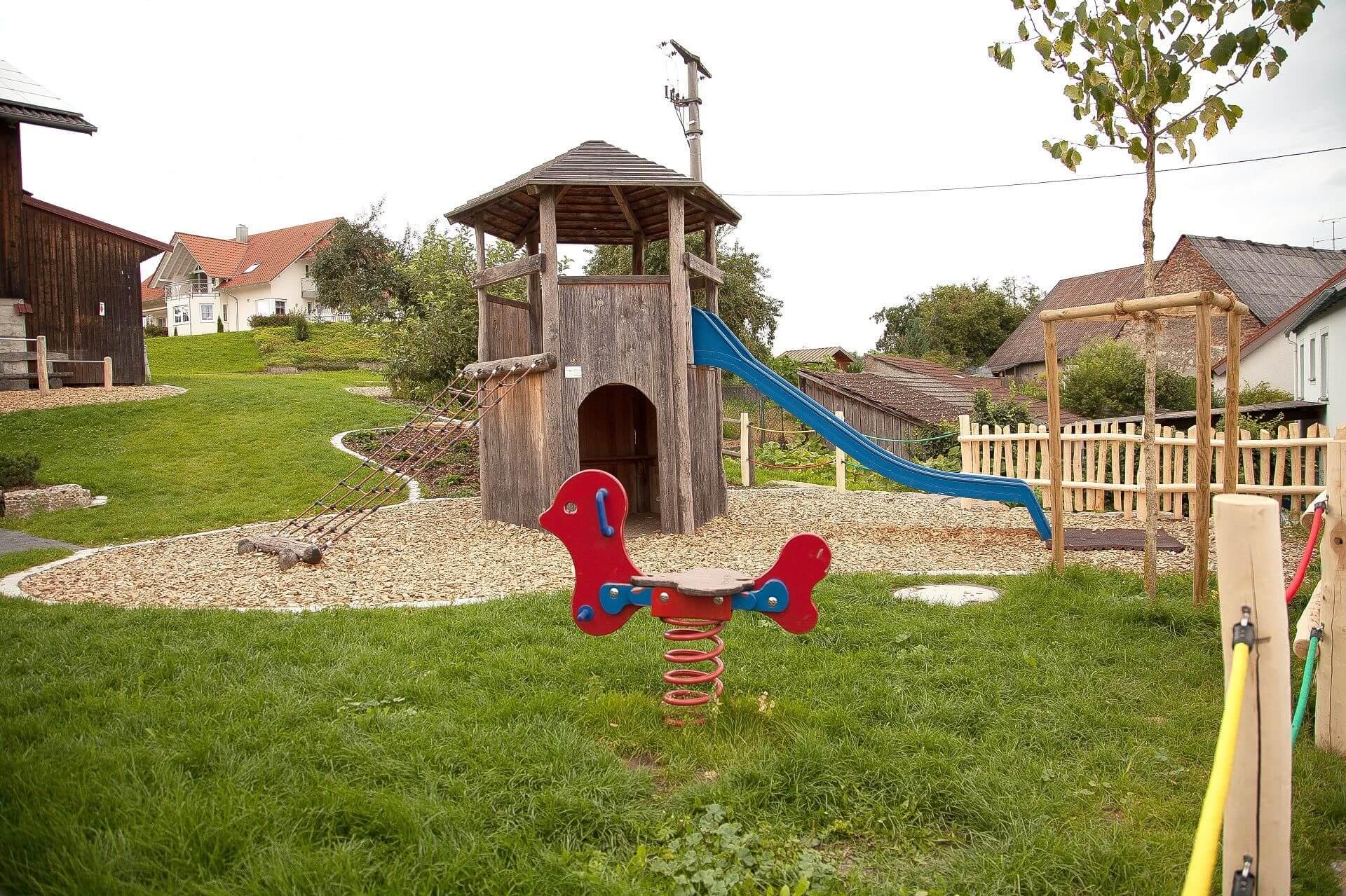 Kinderspielplatz mit Kletterturm und Rutsche