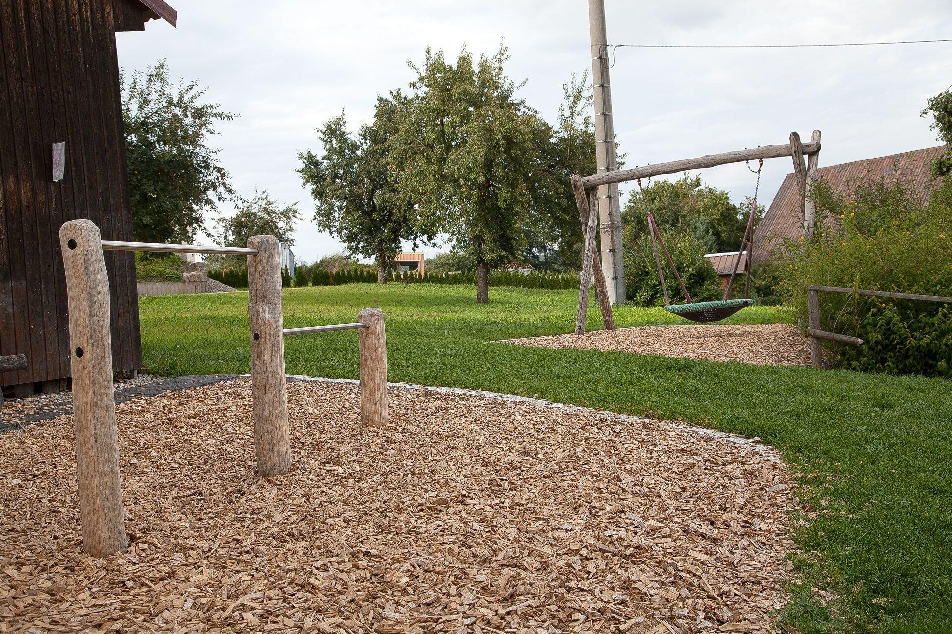 Kinderspielplatz mit Schaukelkorb