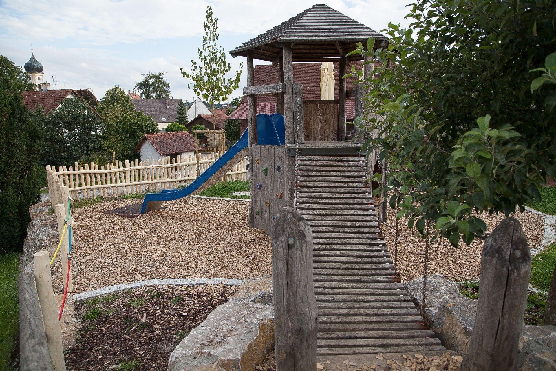 Kinderspielplatz mit Wackelbrücke