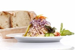 Wurstsalat mit hausgemachtem Brot